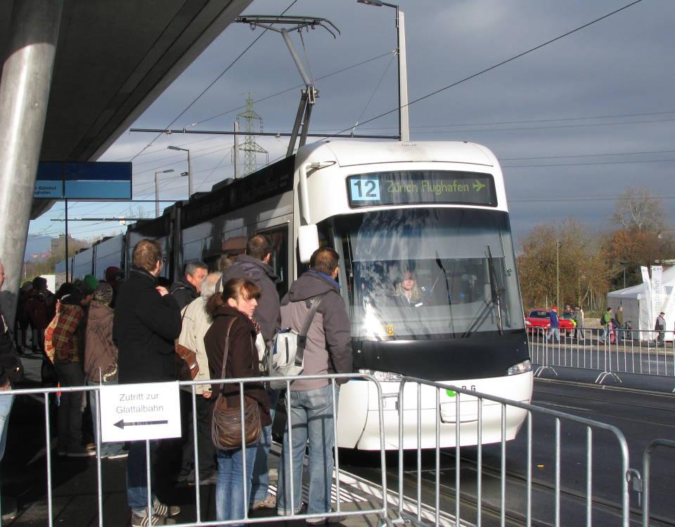 Glattalbahn opening crowds at Bahnhof Stettbach